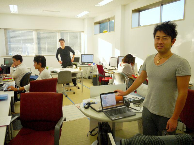 LoiLo本社は、慶應藤沢イノベーションビレッジの一室にある。COOである杉山竜太郎氏は手前に、代表取締役でありメインプログラマーである浩二氏は一番奥に座ることが多いという