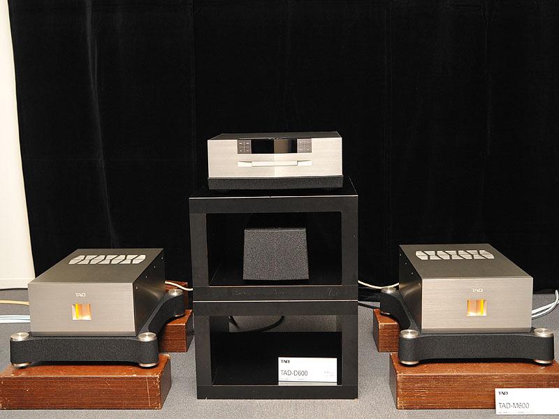 左右にあるのが、10月に発売されたモノラルパワーアンプ「TAD-M600」
