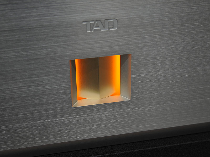 TAD-M600のフロントパネルにある、三角のとがったデザインパーツ。このデザインがプレーヤーのフロントパネルにも取り入れられている