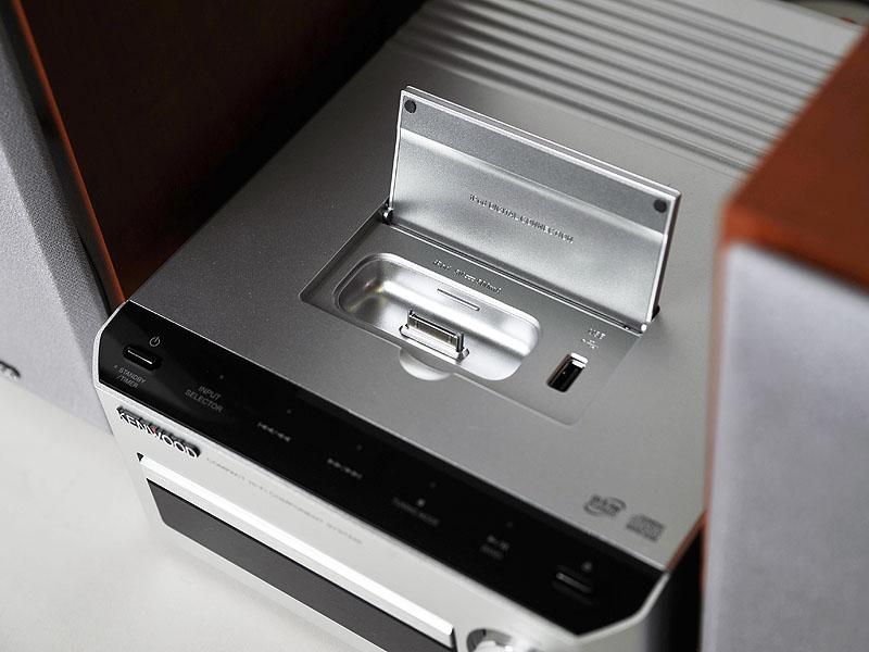 天面のiPod Dock部。右にあるUSBはUSBメモリなどを接続するためのもの
