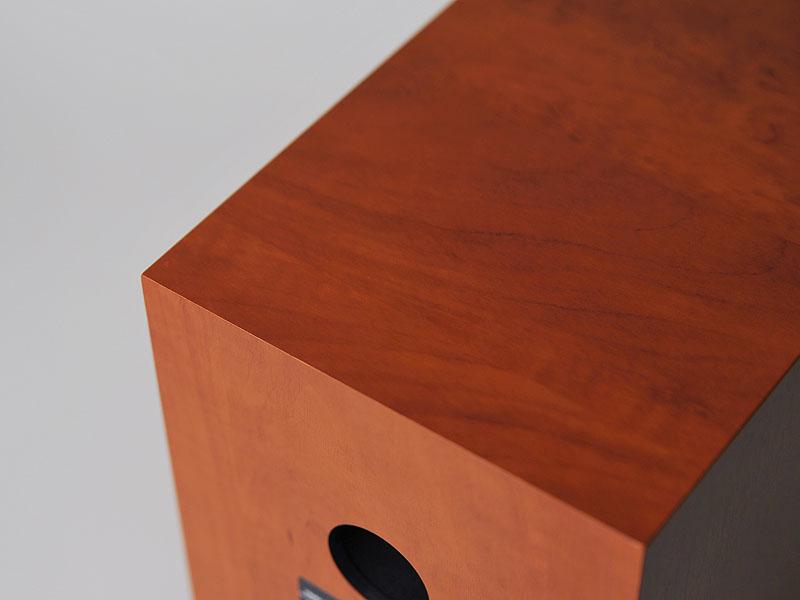 四方留め構造を採用し、つなぎ目の無いエンクロージャが特徴