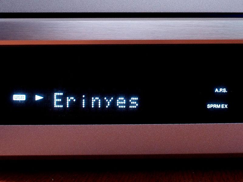 USBメモリ内の楽曲再生時には楽曲名の表示も可能