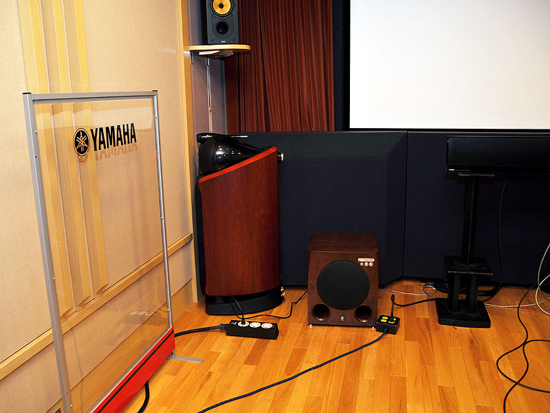 試聴はヤマハの専用ルームで行なった。防音対策がとられた専用ルームでは音をうまく反射させるために、反射板を設置している