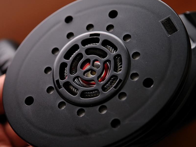 840のドライバー部分。ドライバー前に設けられたプレートに複雑な穴が開いており、細かな音のチューニングがされていることがわかる