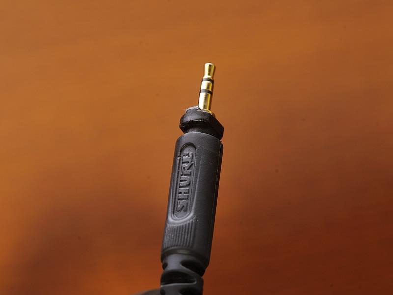 ヘッドフォン接続側の端子はステレオミニミニ。根元のくびれている部分がロック機構を担っている