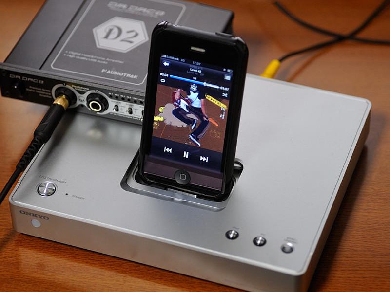 試聴にはオンキヨーのiPodトランスポート「ND-S1」と、DAC内蔵ヘッドフォンアンプ「Dr.DAC2」を使用(同軸デジタル接続)