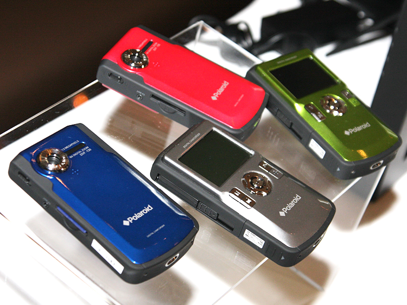 DV130は全4色だが、日本では当初ブルーとレッドのみ販売予定としている