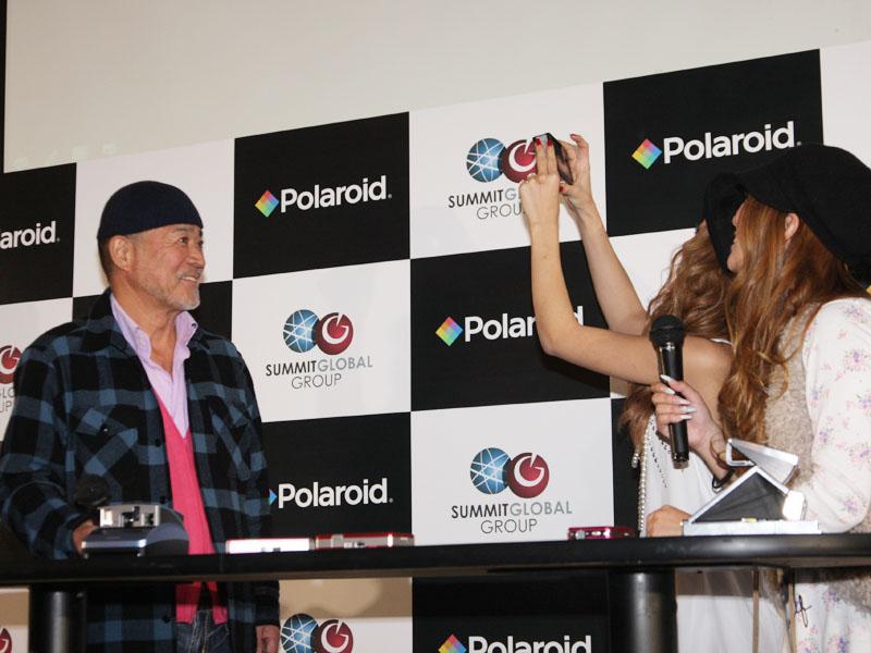 黒沢さんを、小森さんが「Polaroid TWO」で撮影し、プリント