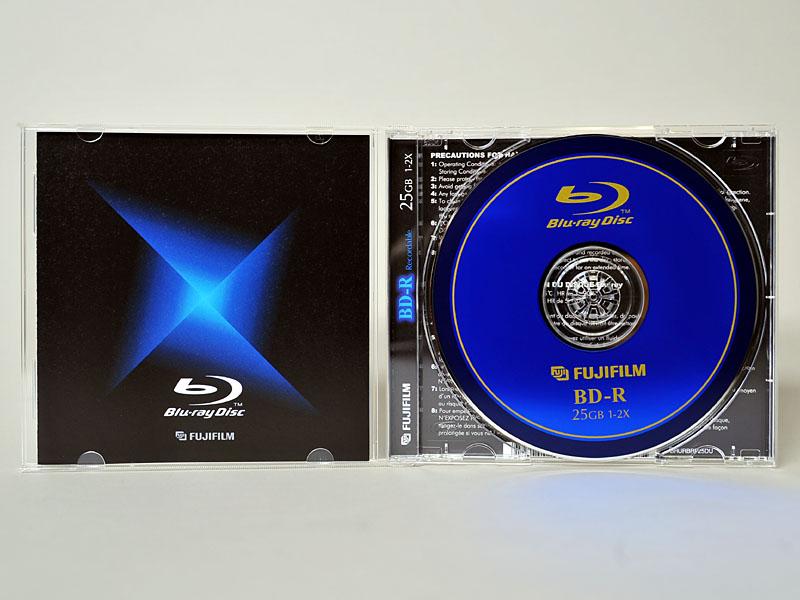 中のディスク。表記は異なるが、基本的なデザインは国内向けメディアと同じである