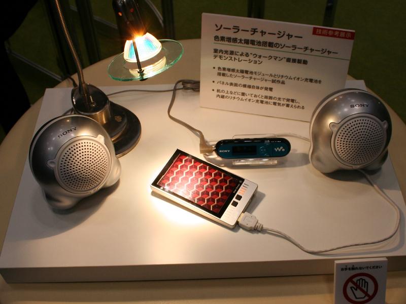 昨年に引き続き、色素増感太陽電池の試作機をデモ。小型化した充電器も参考出展された