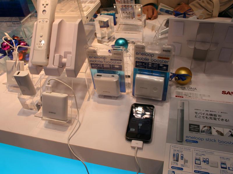 三洋では「エネループ」をアピール。iPhoneなどの携帯機器で使用可能なモデルなども展示されている