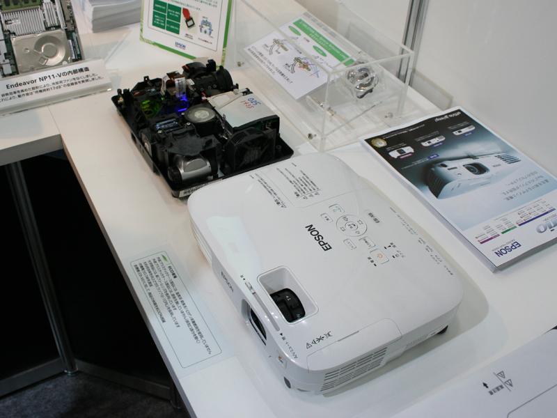 エプソンでは、HDMI搭載の液晶プロジェクタ「EB-X8」を出展。隣には内部構造がわかるような展示も