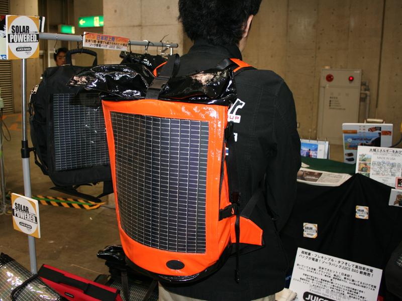 ケイウェザージャパン株式会社では、米Rewareのソーナーパネル搭載バッグを紹介。付属のコネクタを使って携帯電話やiPodなどに充電できる。コネクタにはUSB端子も備えている。トートバッグやリュック型など、8種類のバッグを用意。価格はトートバッグのもので18,000円。