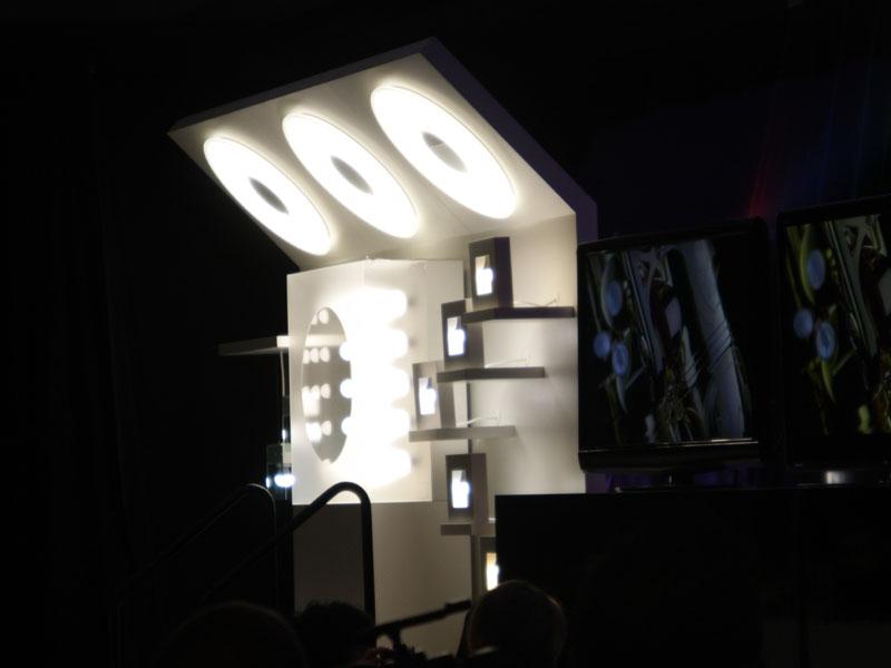 LED照明もテレビの横に展示され、調光機能などをアピールした