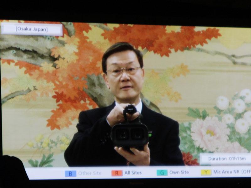 二眼3Dカメラを持つ大坪文雄社長