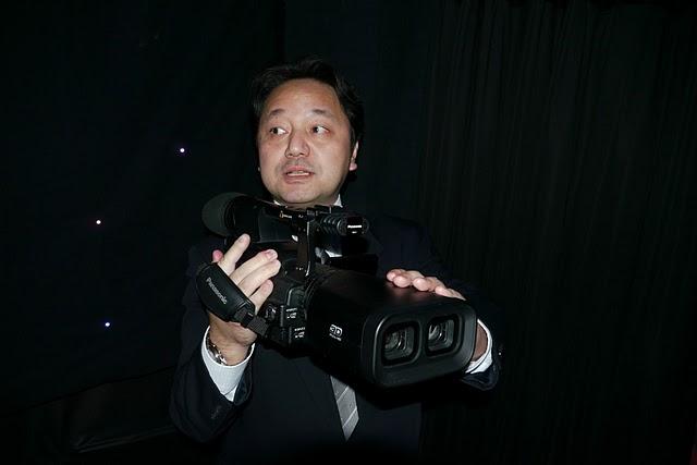 参考展示の3Dカメラ。最初の製品は2枚のSDカードに並行記録するタイプになる