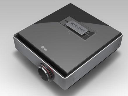 LG電子のフルHD 3Dプロジェクタ「CF3D」。0.61インチのSXRDを使っている