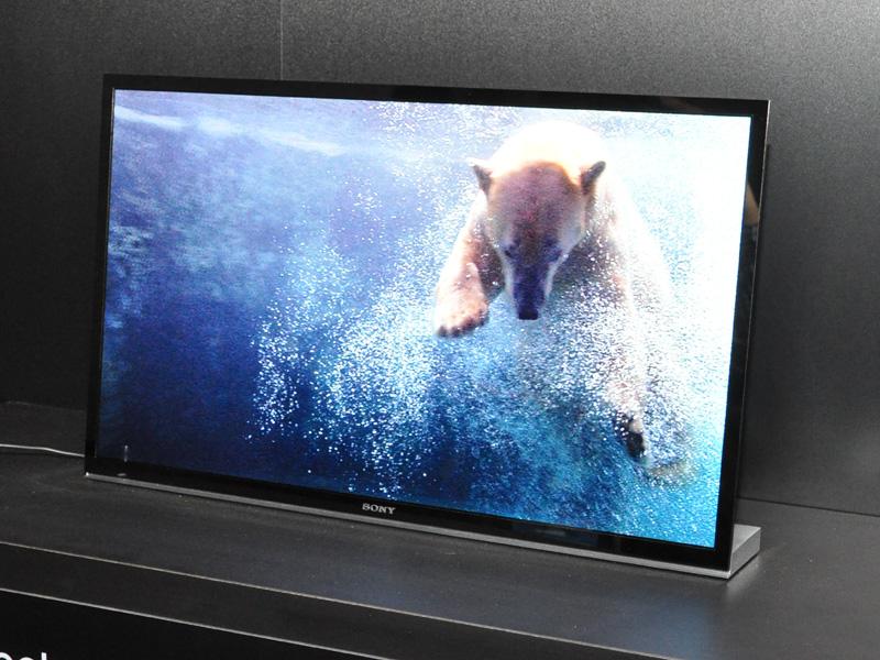 技術展示された、ソニーの24型フルHD 3D有機EL。3D技術と有機ELの相性は良い