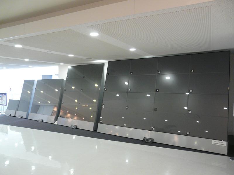 右端が尼崎のPDP第5工場で生産されるパネル。マザーガラスのサイズが大きく進化していことがわかる