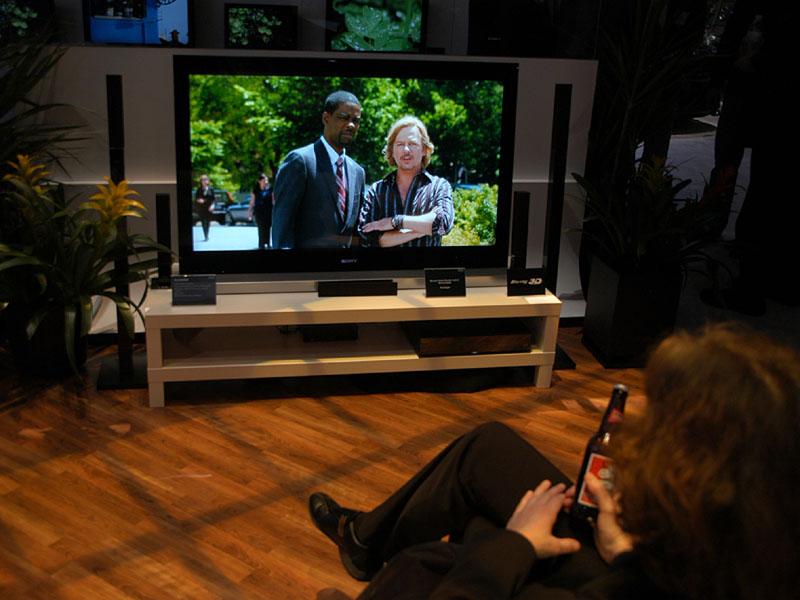 仰角6度として低い位置に設置し、視聴者はこれをおろし気味視線にてみるのがモノリシックデザインBRAVIAの奨励される視聴スタイル