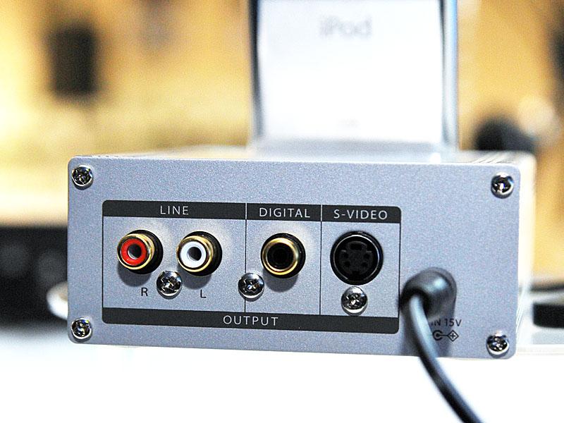 背面。同軸デジタル出力、アナログRCA出力も備えている