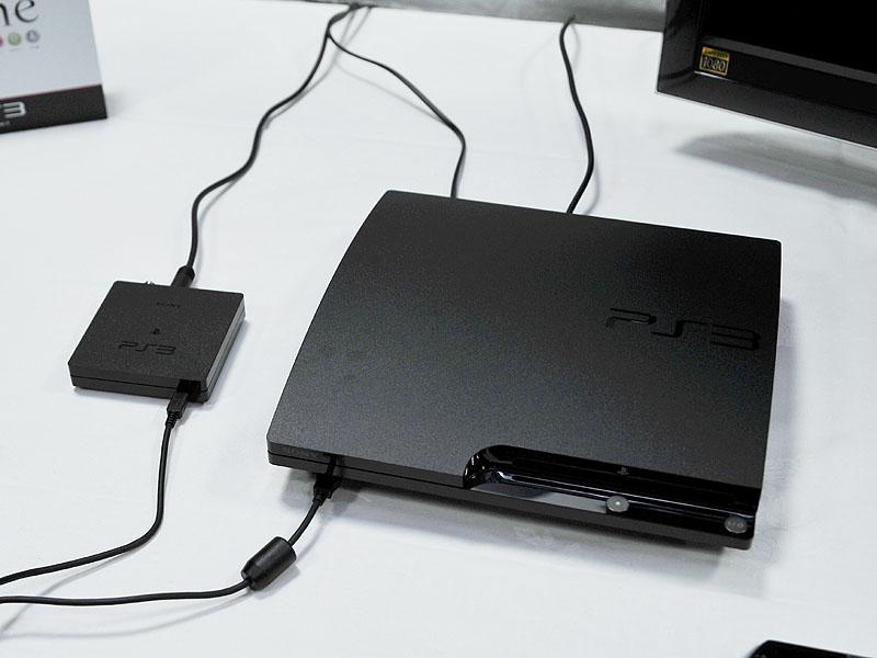 torne本体。PC用USB接続型地デジチューナと同様のサイズで、仕上げは新型PS3と同様の梨地だ