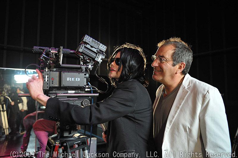 RED ONEのファインダーを覗いているマイケル。右がコンサートの演出制作を務め、映画の監督も務めたケニー・オルテガ<BR><FONT size=1>(C)2009 The Michael Jackson Company, LLC. All Rights Reserved.</FONT>