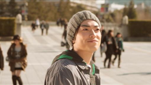 「旅人」のシーンの一部。出演者の大東俊介さん(左)、志保さん(中)、藤本泉さんと菟田高城さん(右)