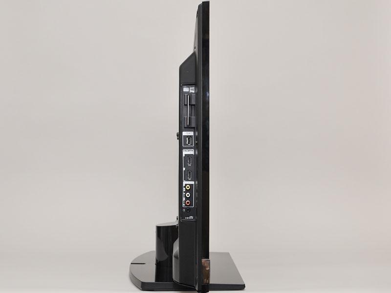 奥行きは6.5cmで、スタンドを含めると25cm。入力端子も向かって左側にまとめられている