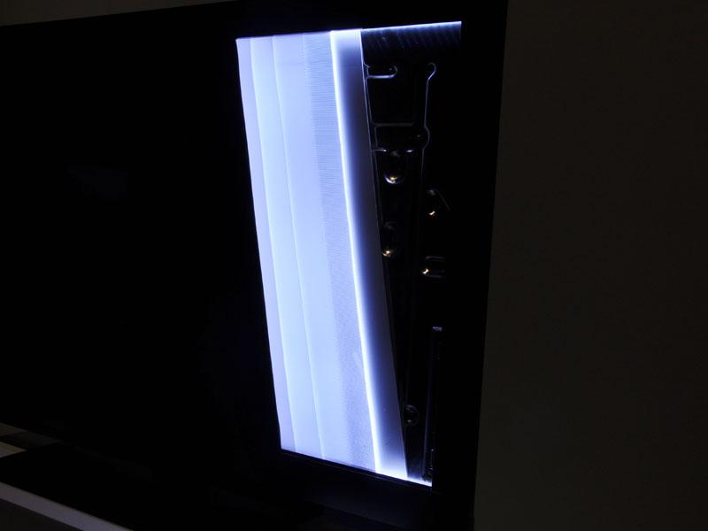 独自開発の導光版などの採用により、画面全体に均一に光を広げる