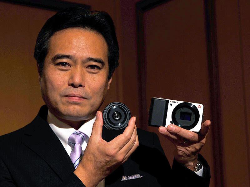 新しいミラーレスカメラを手にする業務執行役員SVP パーソナル イメージング & サウド事業本部の今村昌志本部長