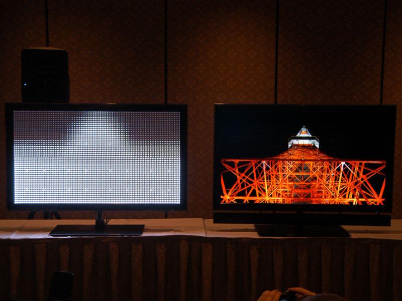 東芝のCELLレグザ「55X1」。右側の製品で映像を表示している時に、左側の液晶パネルを取り外したデモ機で白色LEDがどのように光っているかを示したデモ