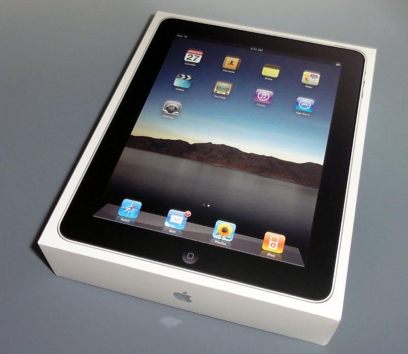 iPadの箱は思ったよりも小さく、重量も1kgあるかないか、といったくらい。デザイン的にも、まさに「iPhoneを大きくしたような」感じだ