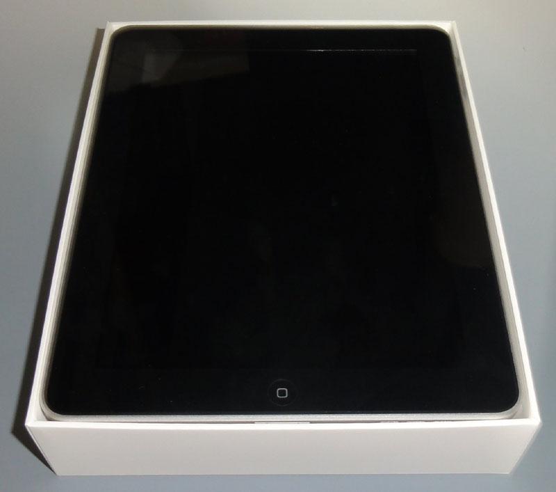 箱をあけるといきなりiPadとご対面。簡易マニュアル、USBケーブル、ACアダプタは、本体の下にある