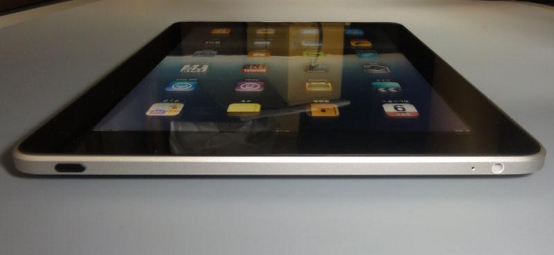 本体正面。ヘッドホン端子と電源ボタンがあるのは、iPhoneとまったく同様だ