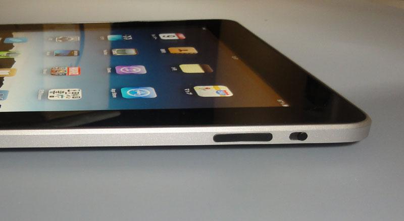 本体右側面上方。左は画面の回転を止める「ホールド」スイッチで、右は音量調整スイッチ。ホールドはとても便利で、正直iPhoneにも欲しい機能だ