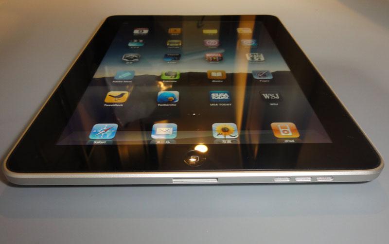 iPad底面。中央にDockコネクタ、右側にスピーカーがある。マイクはなく、スピーカーはiPhoneに比べ大きい分、出力が増している