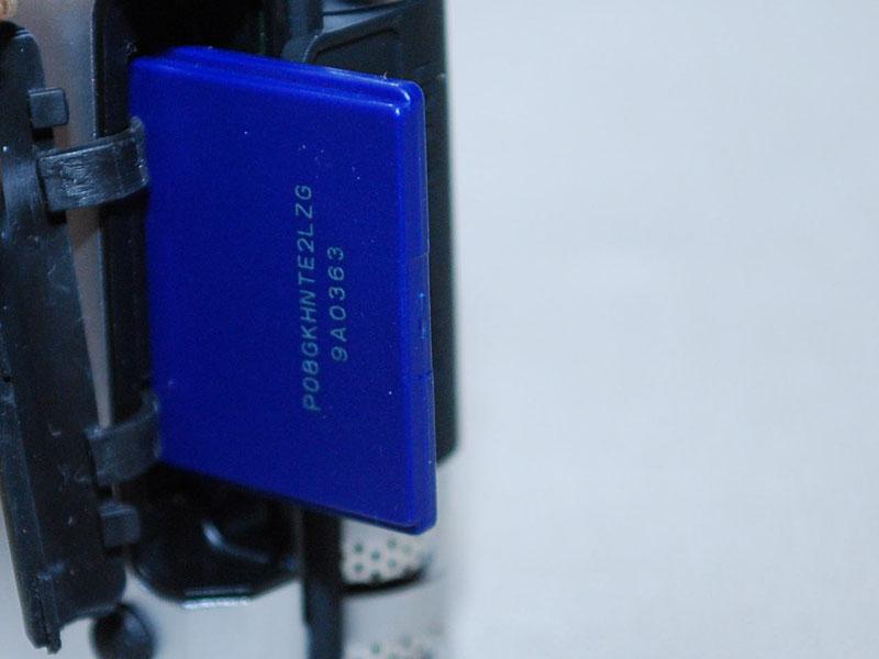 記録メディアはSD/SDHCで、上部にあるラバーの蓋をはずして差し込む