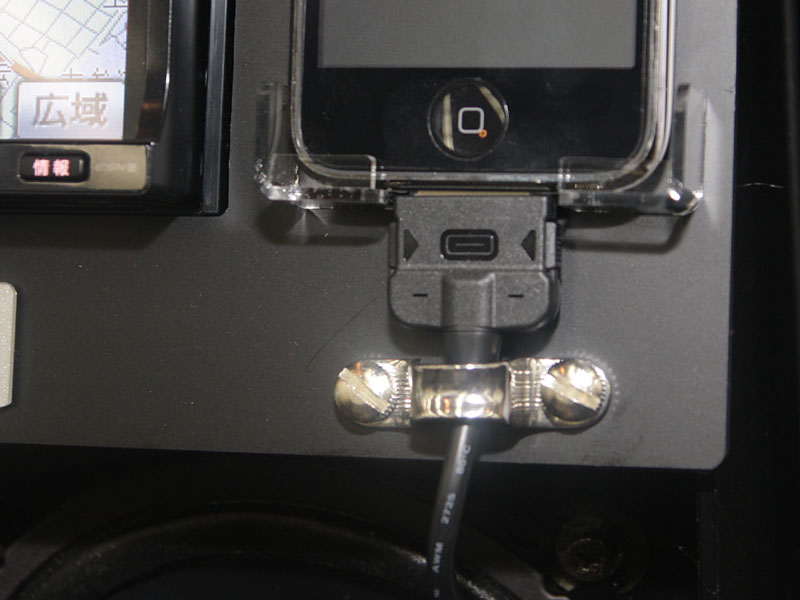 別売ケーブル「IPC110」でiPhone/iPodと接続可能