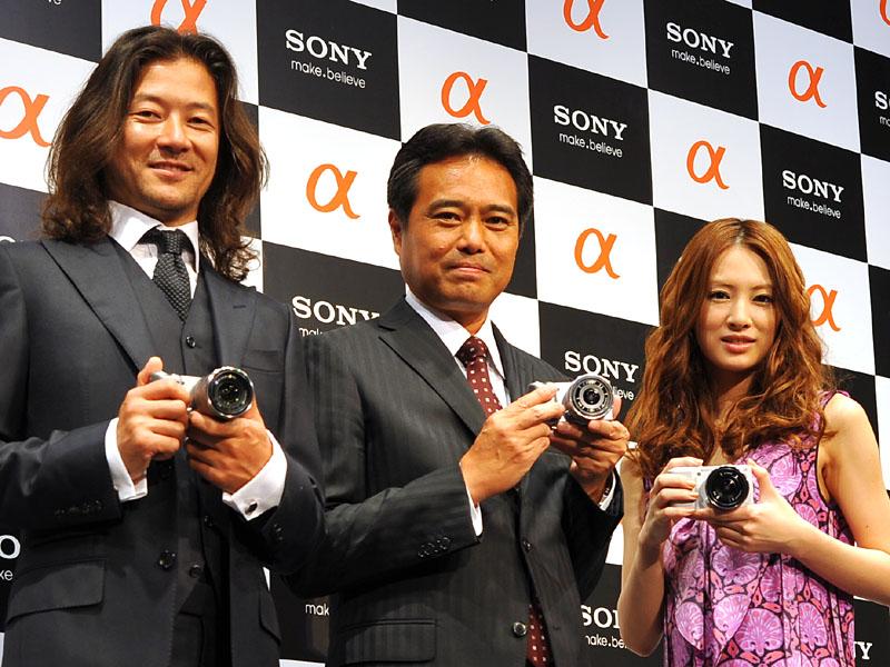 左から浅野忠信さん、業務執行役員SVP パーソナル イメージング & サウド事業本部の今村昌志本部長、北川景子さん