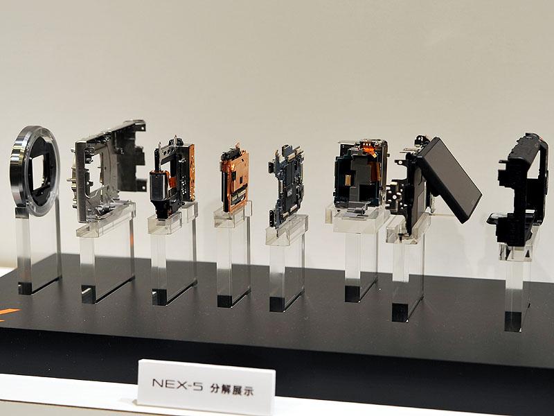 高剛性のマグネシウム外装をフレーム構造体の一部とし、マウント固定部やイメージセンサー固定部を一体化加工する事で小型軽量化/薄型化を実現。チップサイズの小型化、ICの2段重ね実装、電源回路のレイアウトの工夫なども小型化に寄与している