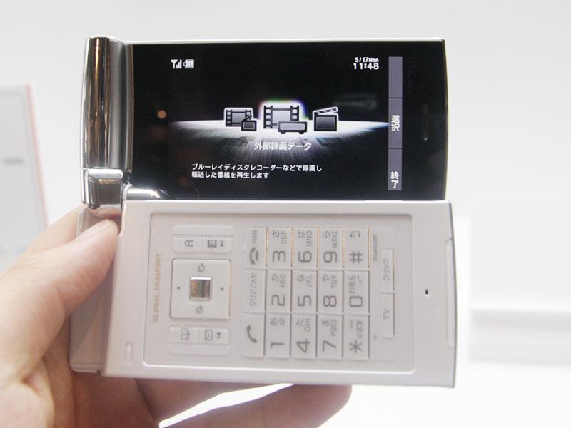 縦/横のダブルオープンスタイルで、横画面でも動画などを視聴できる