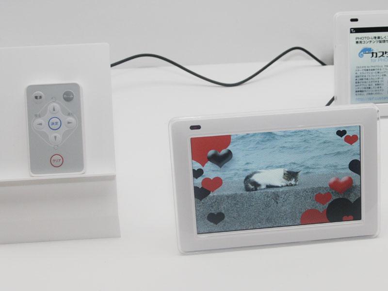 デジタルフォトフレーム「PHOTO-U SP01」は、JPEG/GIF静止画の表示が可能で、携帯電話またはSDカード内の静止画に対応。LISMO Videoなどの動画には対応しないが、Flashの表示には対応する