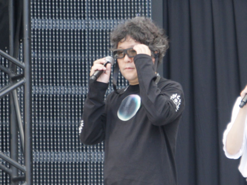 茂木氏が来場者とともに3D映像を体験。3Dの迫力に、何度も驚きの声を上げていた