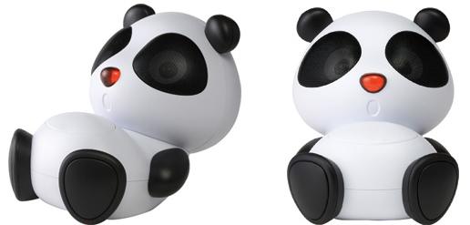 パンダが座っているような本体デザイン。目の部分がスピーカー