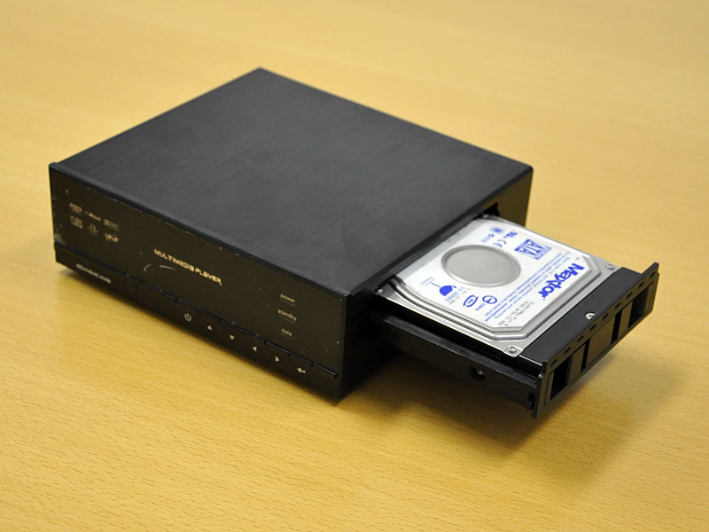 カートリッジにHDDを収め、筐体内に装着できる