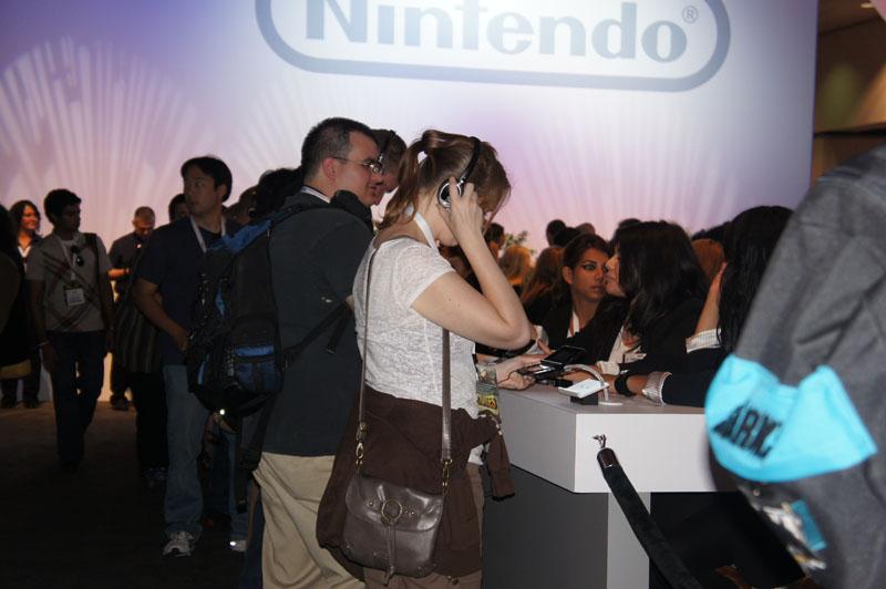 任天堂の3DS体験ブース。行列後にある程度の人数を集めて、20分間自由に体験する時間を与えられる。すべてのゲームを楽しむには足りないが、3DSの実力をチェックすることは可能だ