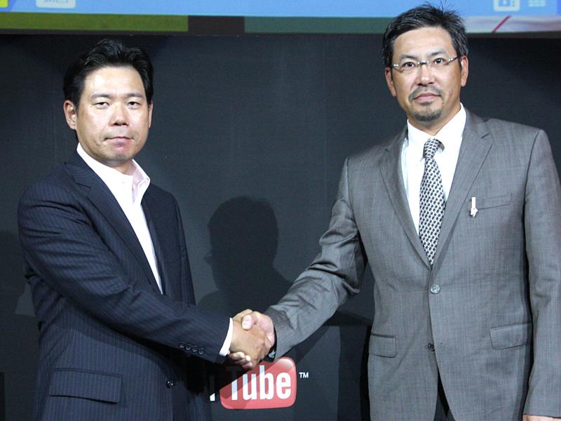 水野氏と小宮山氏が握手を交わした