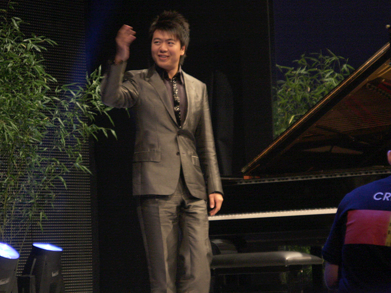 ラン・ランがステージで生演奏。3Dカメラで撮影してリアルタイムで上映された