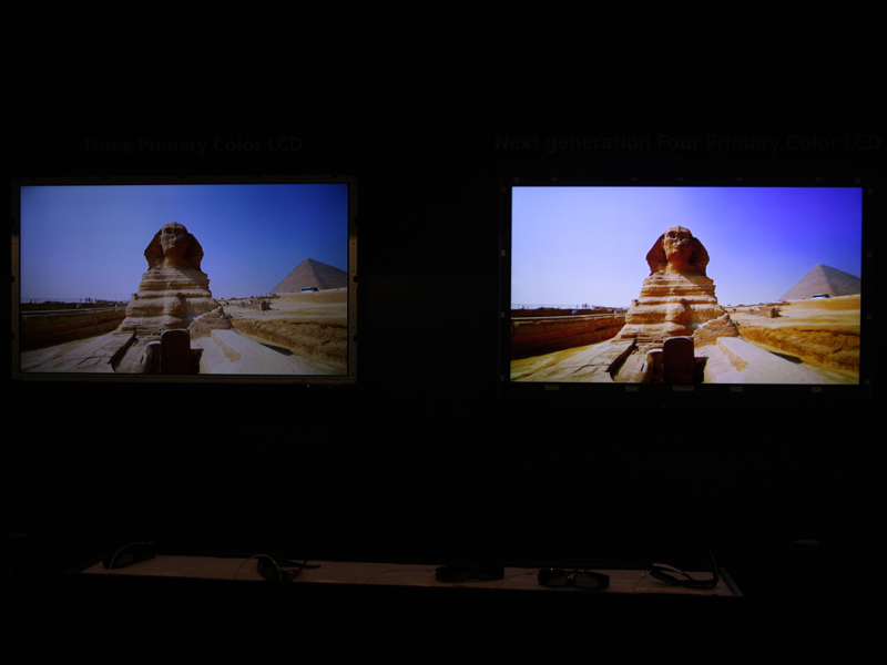 クアトロンの技術展示。右が4原色(RGBY)、左がRGB